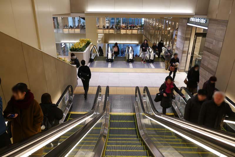千葉駅から栄町ソープランド街へ行く:JR千葉駅中央のエスカレーター